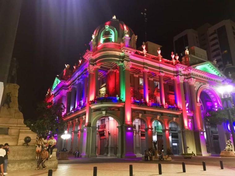 Municipio de Guayaquil enciende el Palacio de Luz despues del pedido de la Asociación Silueta X y la Federación Ecuatoriana de Organizaciones LGBT 2020